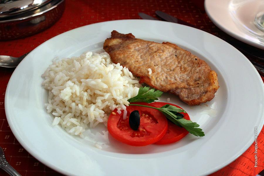 Свинина жареная, рис отварной, овощи свежие