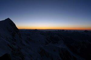 закат с ночевок на 6400 на фоне пика Неру