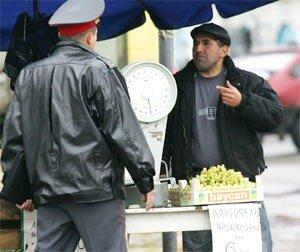 Сегодня около 50 незаконных торговых точек на улице Русской ликвидировали специалисты администрации Владивостока