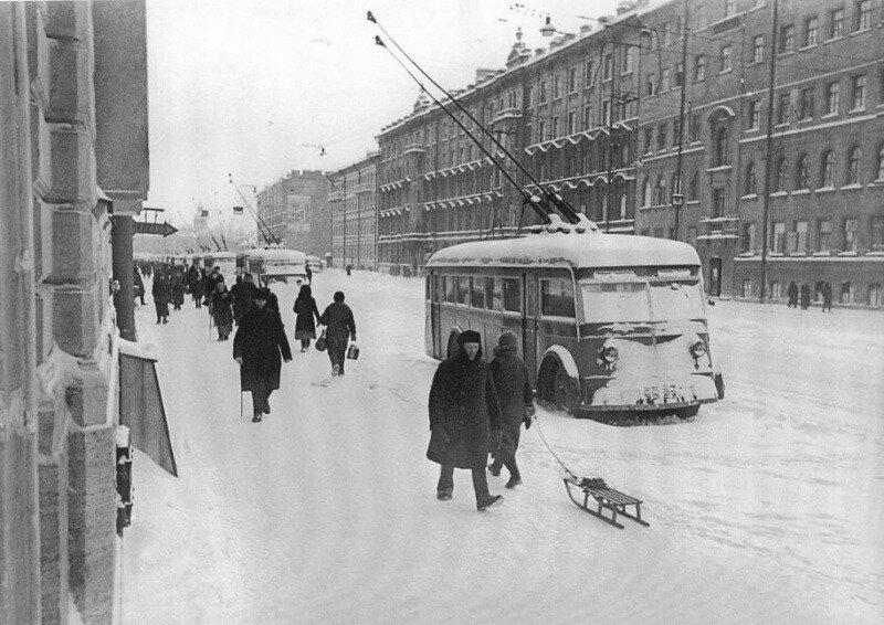Ленинград, Невский проспект. Остановившиеся из-за отсутствия электричества троллейбусы.