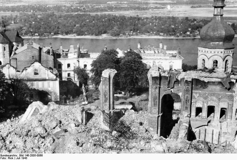 Руины взорванного Успенского собора в Киево-Печерской лавре. Июль 1943 года.