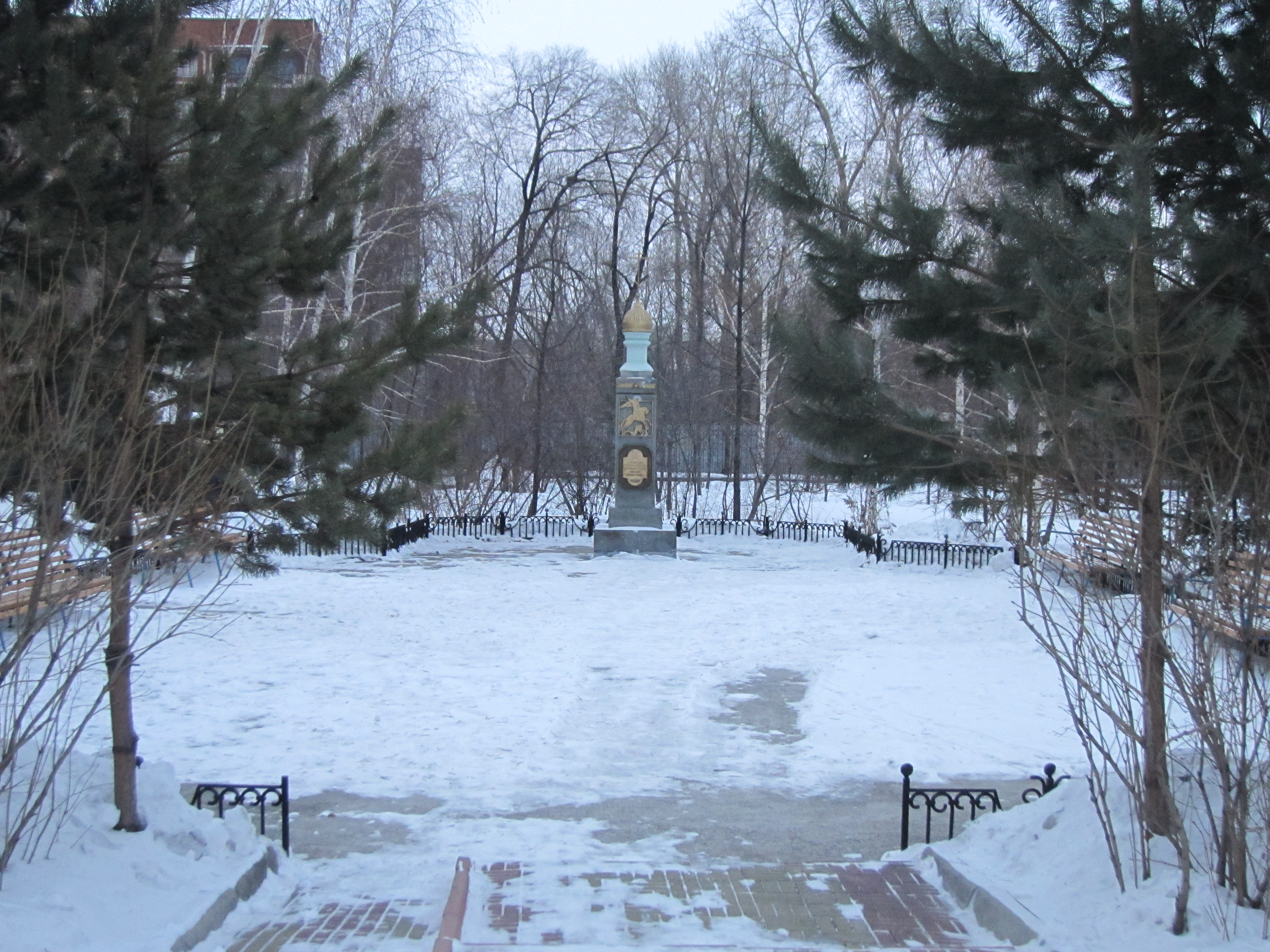 Также на территории храма есть памятник российским воинам (26.05.2015)