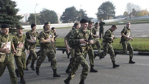 Белорусским военнослужащим доплатят запродление договора