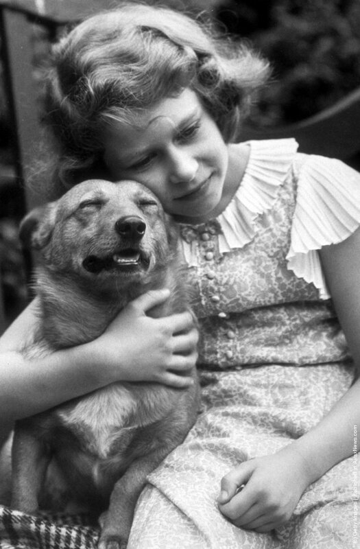 Принцесса Елизавета со своим домашним любимцем, июль 1936 года