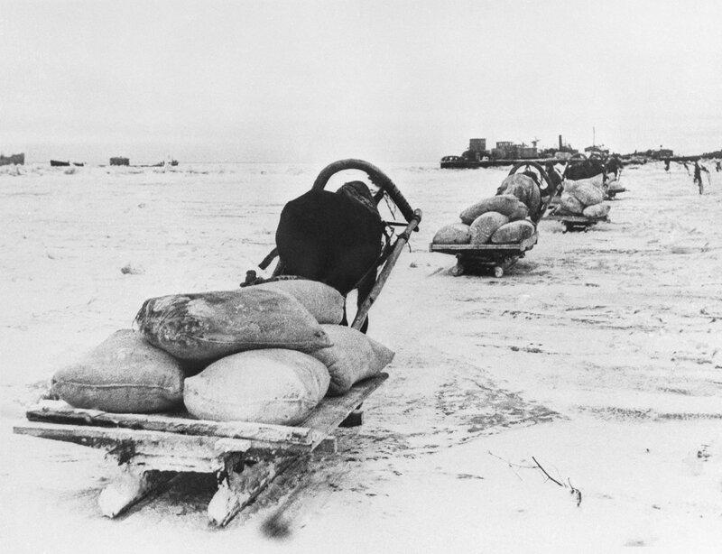 Первый санный обоз отправляется в блокадный Ленинград по льду Ладожского озера