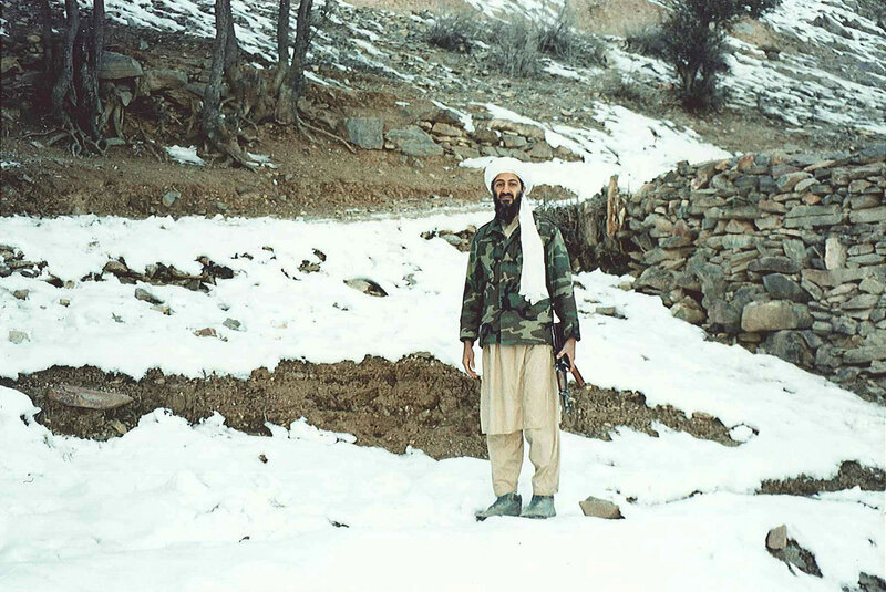 Усама бен Ладен держит автомат Калашникова в Тора-Бора