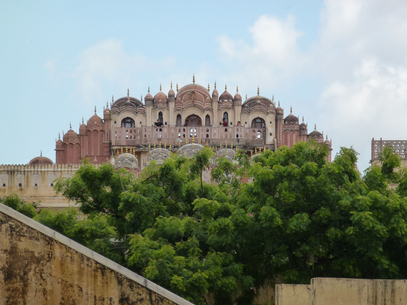 Фото 6. Вид на обсерваторию Джантар-Мантар в Джайпуре. Золотой треугольник Индии