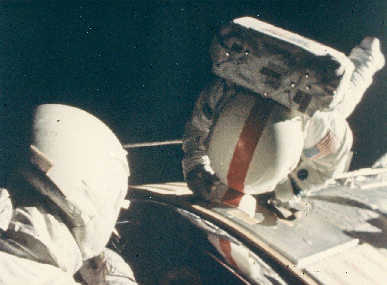 На расстоянии чуть более 321 000 км от Земли Кен Маттингли начал выход в открытый космос (Дьюк подстраховывал его, по пояс высунувшись из основного люка командного модуля). На снимке: Маттингли во время выхода в космос