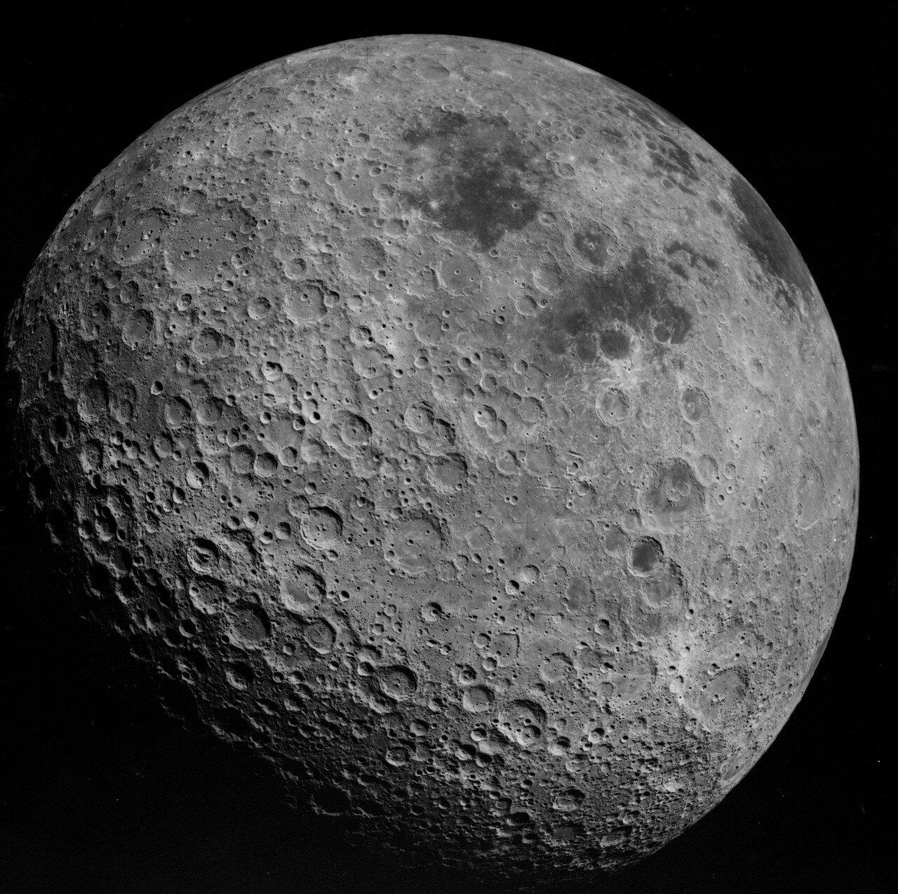 В конце второго витка, также над обратной стороной Луны, астронавты осуществили манёвр изменения параметров орбиты. На снимке: Обратная сторона Луны