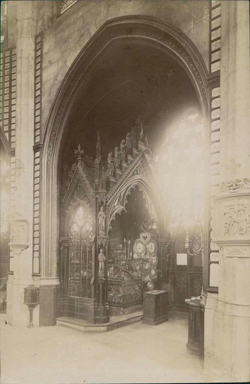 Церковь Сент-Этьен-дю-Мон. Могила святой Женевьевы, покровительницы Парижа