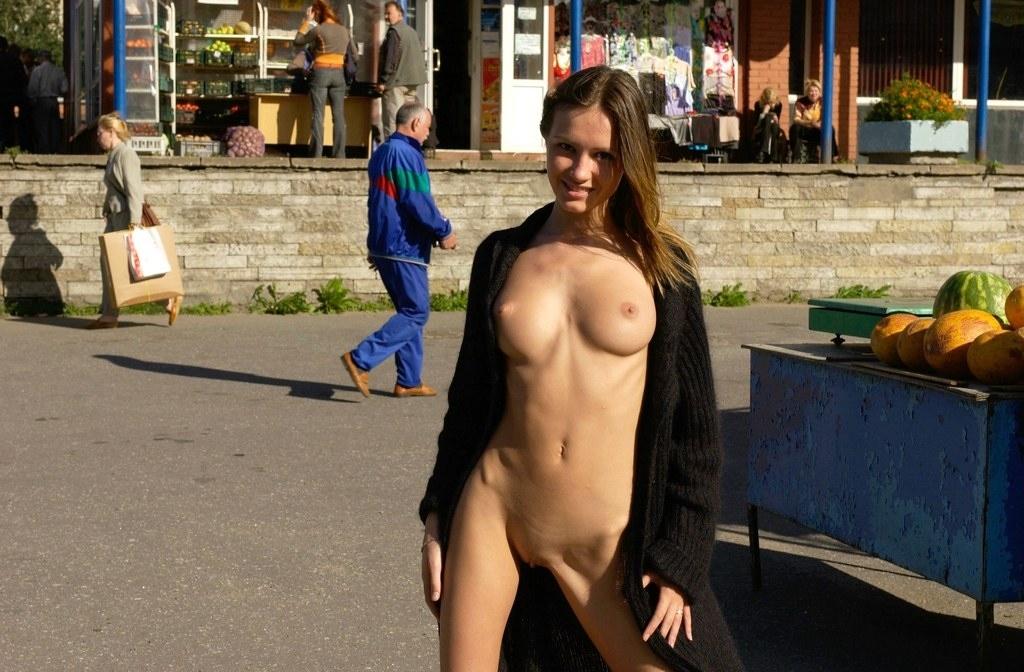 Голышом по городу девушка гуляла... (15 фото)