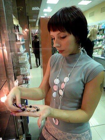 Аня показывает браслет
