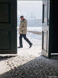По ту сторону (дверь, зима, человек)