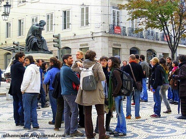На лиссабонской площади у памятника Рибейро Чиадо собралась молодежь