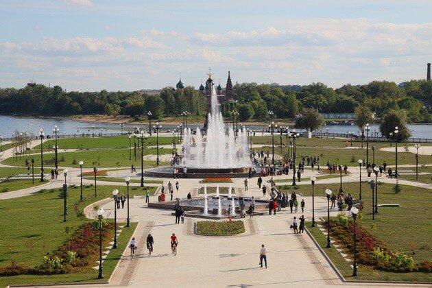 Стрелка и памятник Тысячелетию Ярославля