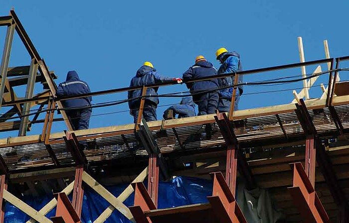 Рабочие на строительстве моста через Золотой рог