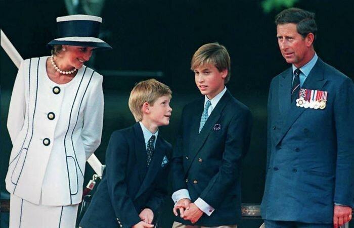 1995: принцесса Диана, принц Гарри и принц Уильям на праздновании Дня победы над Японией в Лондоне