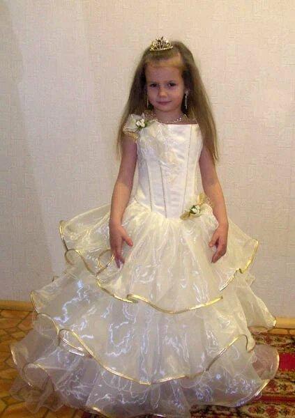 в архивах: белые платья короткие фото, прическа на выпускной фото.