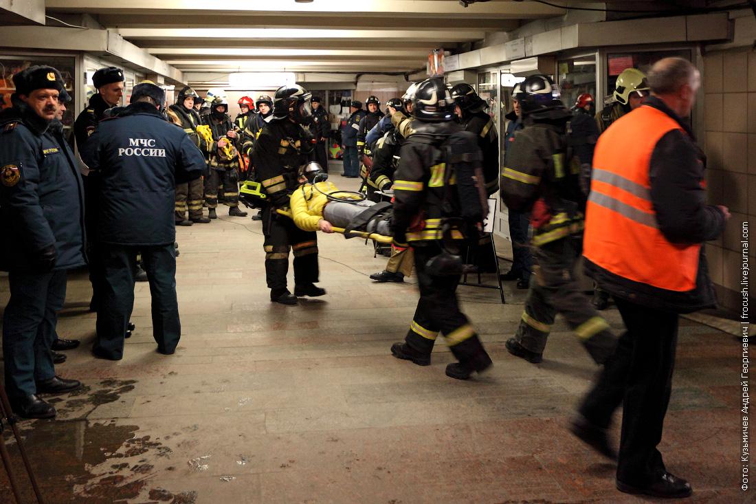 вынос пострадавших со станции метро преображенская площадь после взрыва в вагоне метро учения фото