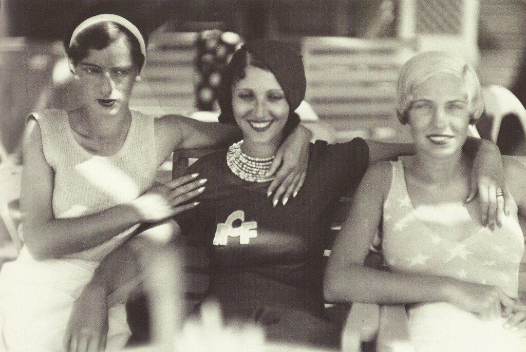 Miss, Renée Perle et Arlette Boucard, Cannes, by Jacques-Henri Lartigue, 1931.jpg