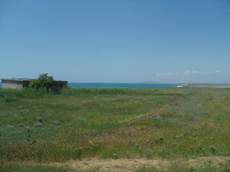 развалины на берегу моря между Кояшским и Узунларским озерами. Вдали маячит гора Дюрмен, но тогда мы не знали...