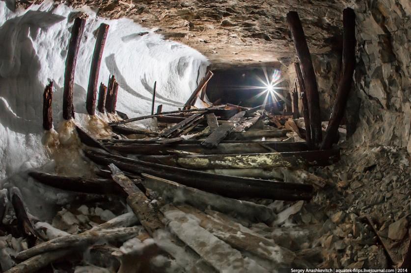12. Идем в галереи, где когда-то хранились те самые заржавевшие снаряды. Это транспортная штольня, о
