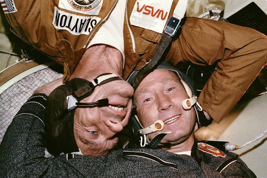 Наши ещё и разыграли американцев с Аполлона, вручив им при стыковке тубы с водкой. В тубах на самом