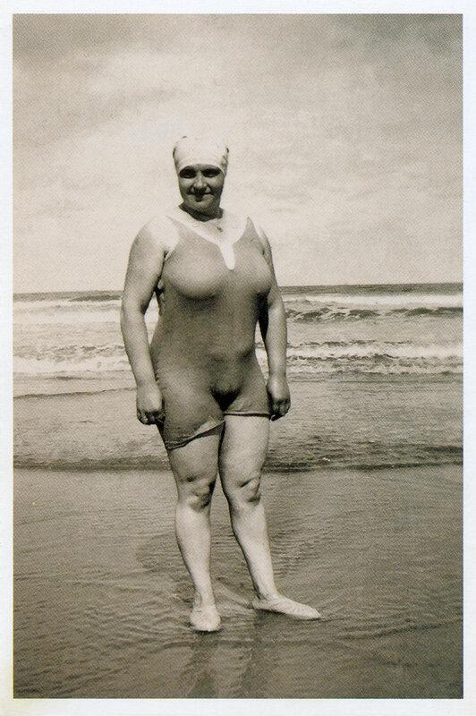Купальщица на пляже вБланкенберге, Бельгия, 1931 год. Из коллекции Александра Васильева.