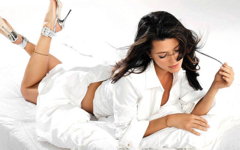 Фото женщины в белых трусах.
