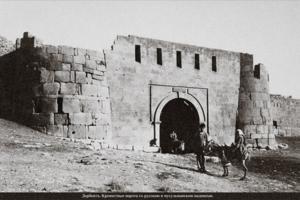 Крепостные ворота с русской и мусульманской надписями