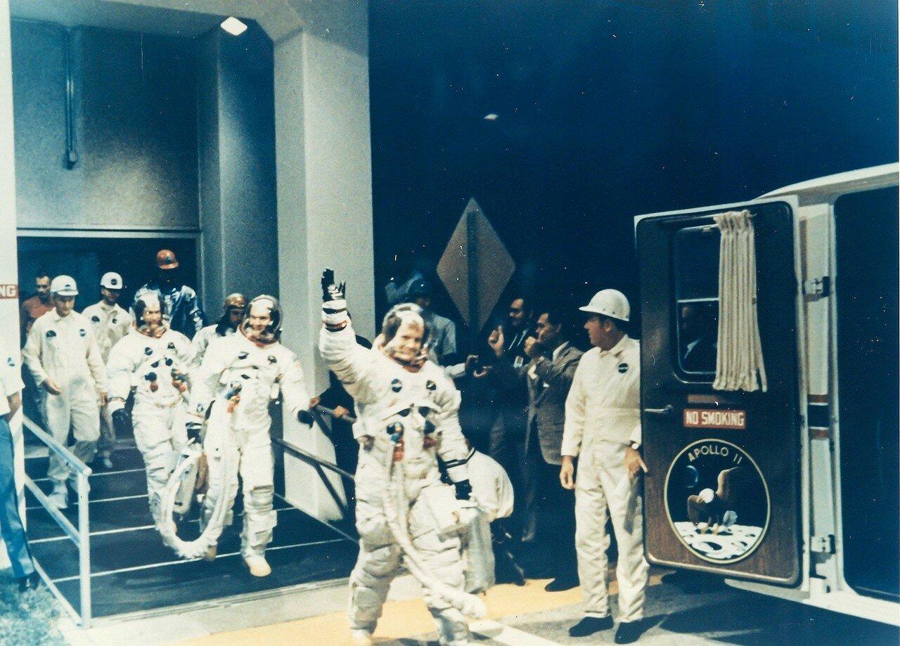1969, 16 Июля. Отправка на стартовую площадку. Впереди Нил Армстронг, за ним — Майкл Коллинз и Эдвин Олдрин