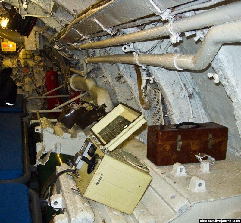 Подводная лодка С-189. Вдоль борта картинно разложены разнообразные приборы, использующиеся на подлодке.
