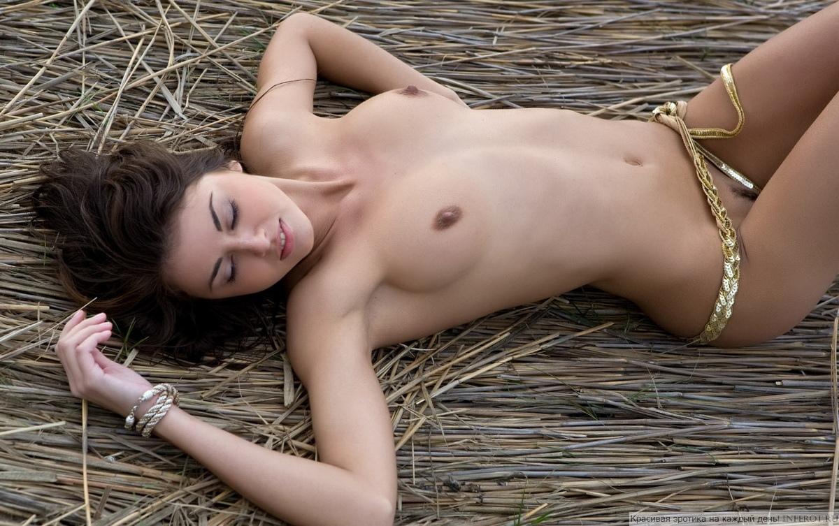 Теплый и нежный ветер. Эротика на берегу (20 фото)