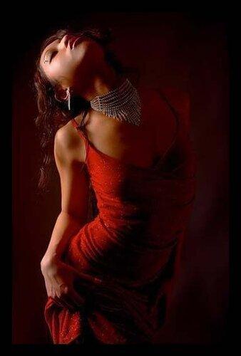 bayan resimleri hüzünlü kırmız ı elbiseli güzel bayan resimleri