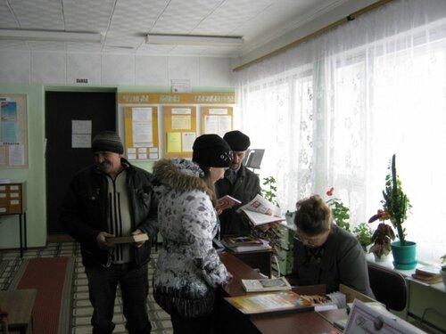 Читатели в библиотеке.