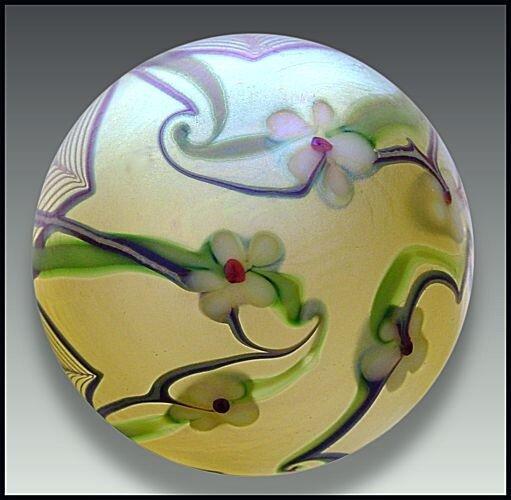 Красивые цветы в стеклянных шаров
