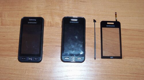 Слева - мой, справа - телефон сестры со снятой нерабочей сенсорной панелью