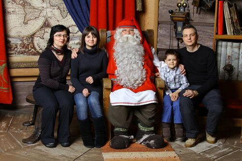 Саша Н.с семьей у финского Санты