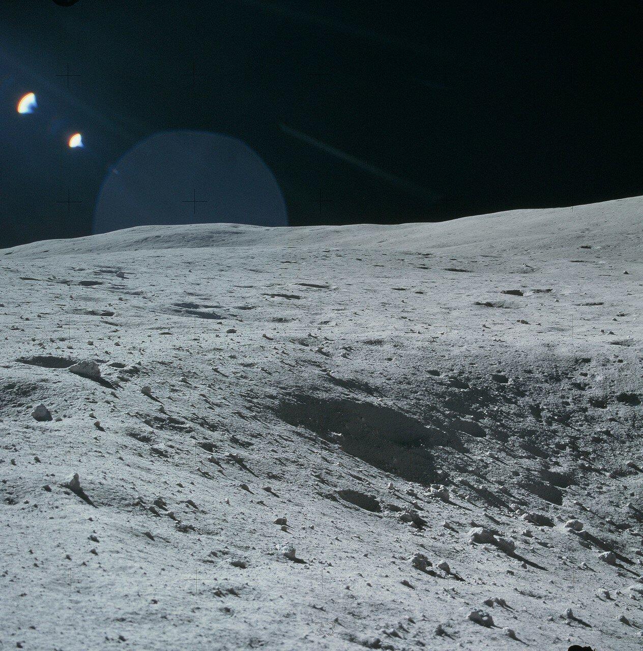 Перед самой посадкой Янгу пришлось облететь небольшой кратер диаметром 15 м. На снимке: Часть 15-метрового кратера, который Янгу пришлось перелететь перед посадкой