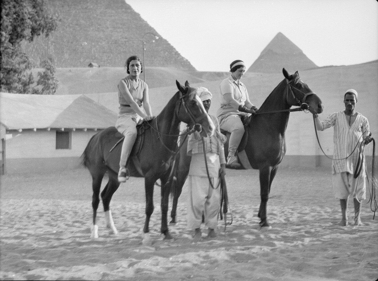 Гиза. Гости на лошадях в окрестностях пирамид. 1937