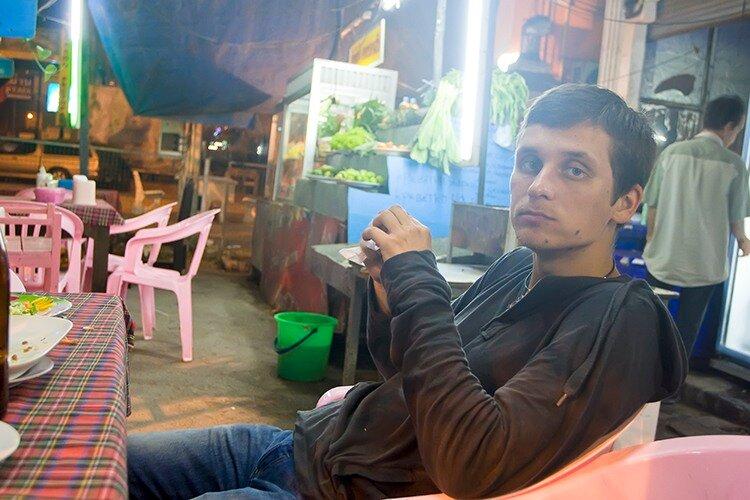 Типичный интерьер придорожного кафе в Тайланде