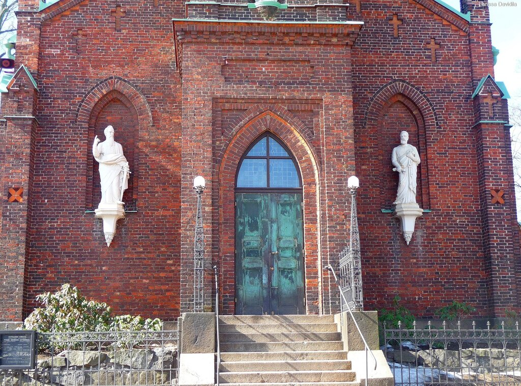 Статуи апостолов Св. Павла и Св. Петра.