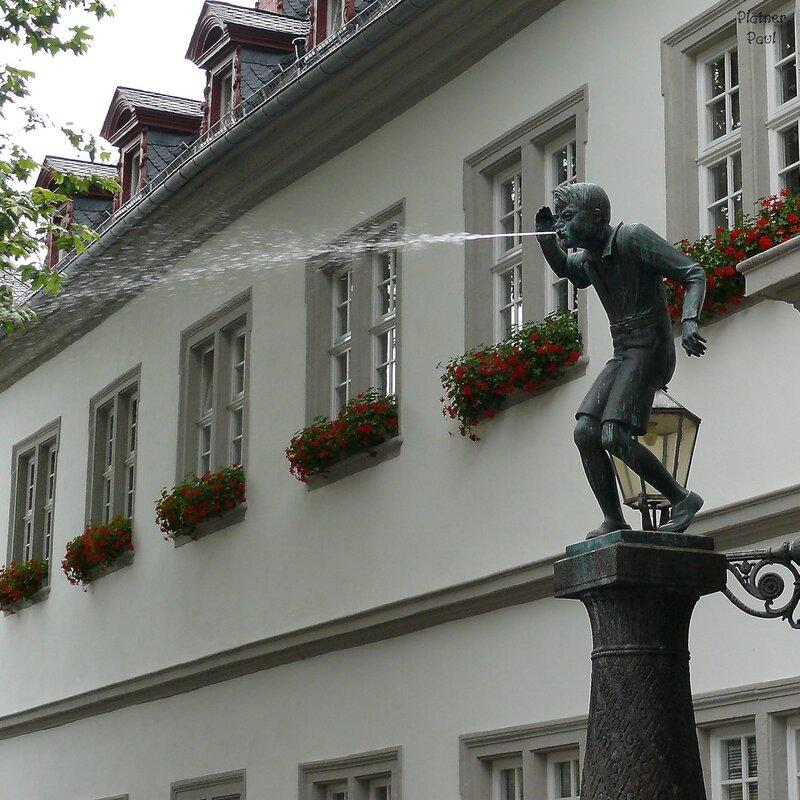 необычный памятник- фонтан