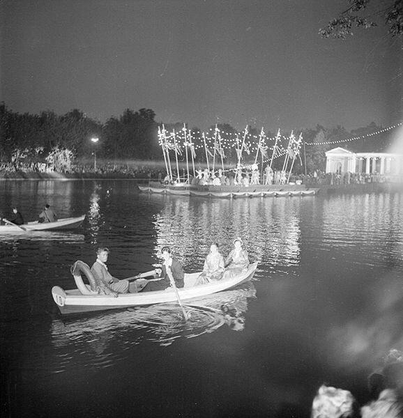 На лодочках в пруду Парка Культуры