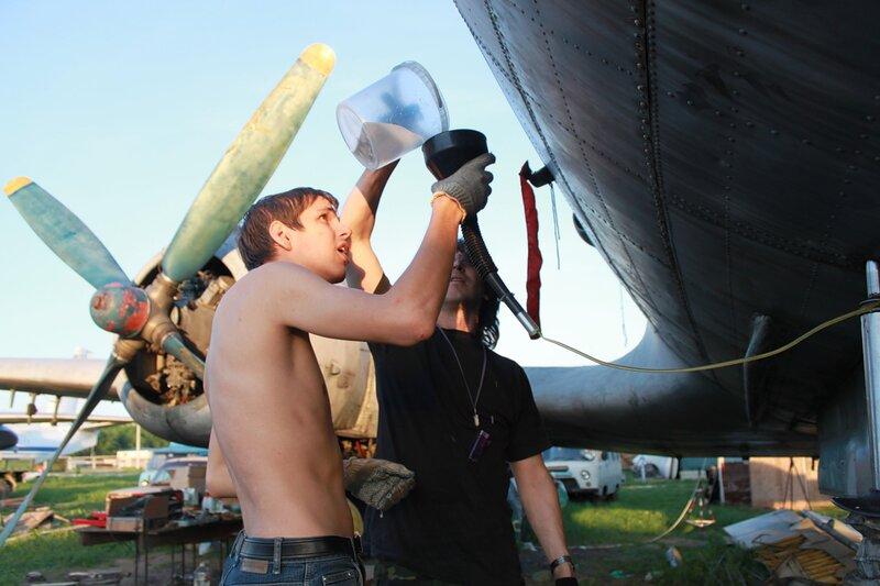 Заправка спирто-глицериновой смесью носовой стойки шасси Ил-14