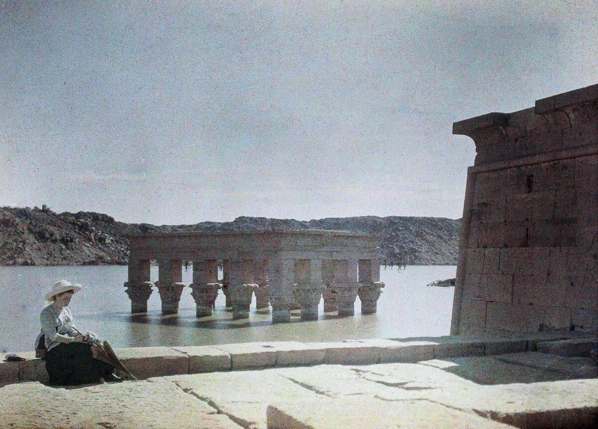 1913. Эльза возле затонувшего Киоска Траяна на острове Филе
