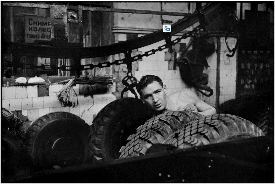 1954. Москва. Рабочий на фабрике «ЗИС»