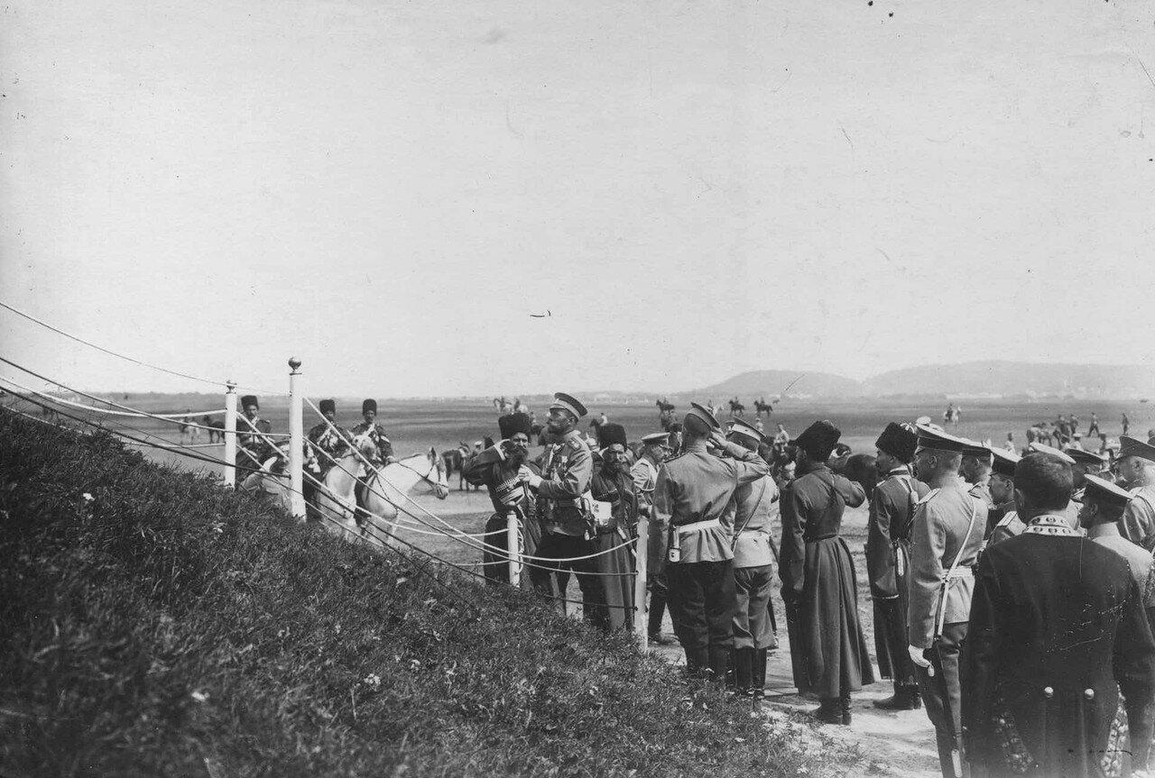 03. Император Николай II поднимается на царский валик