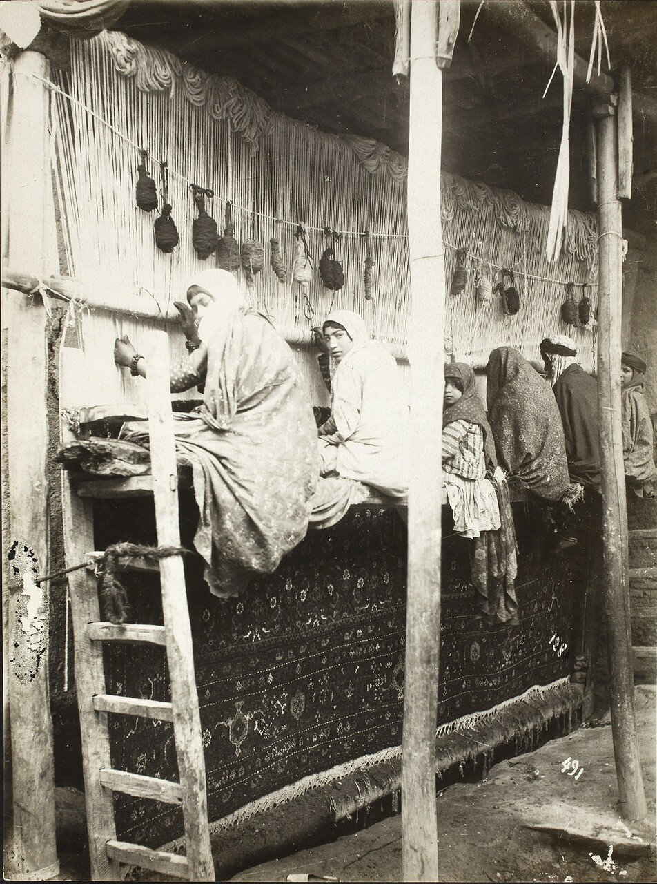 Девушки ткут ковры