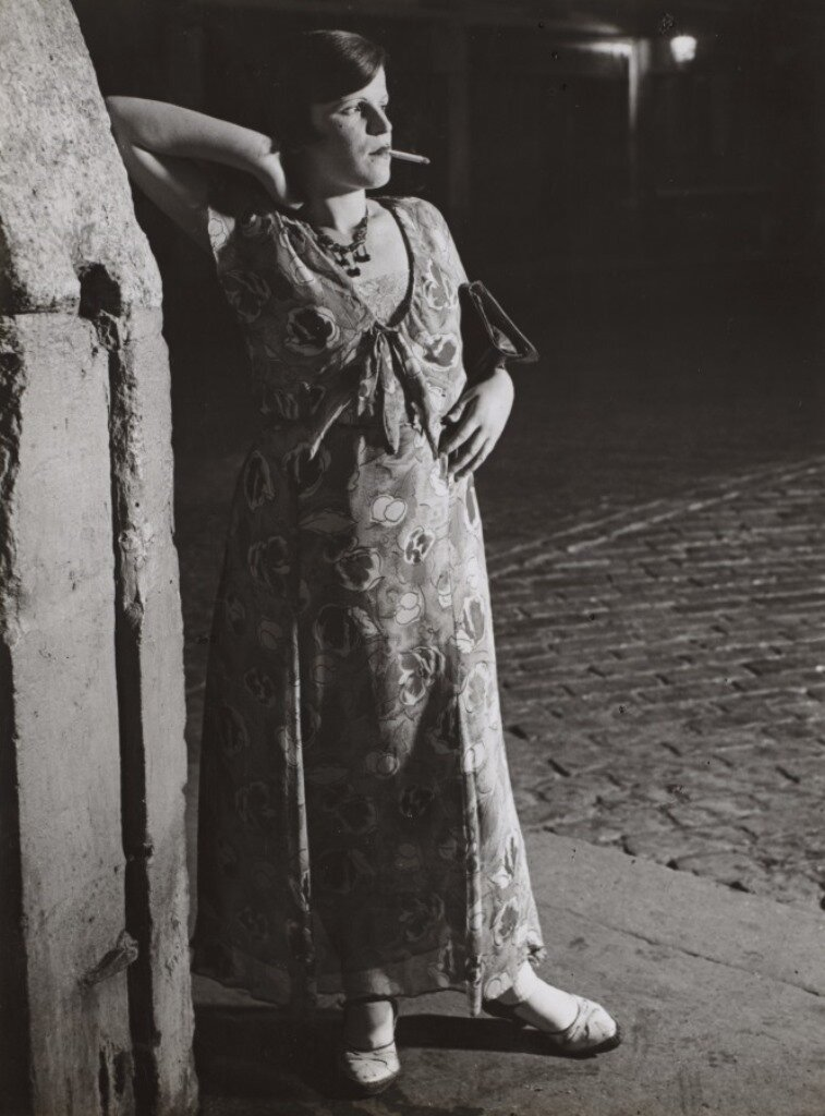 1931. Начинающая проститутка на площади Италии